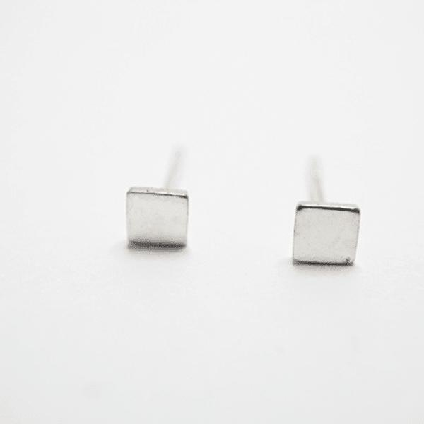 Made by Mila | Oorbellen vierkantje zilver 1
