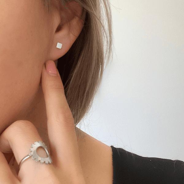 Made by Mila | Oorbellen vierkantje zilver 2