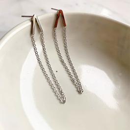 Oorbellen V chain zilver goud – Go Dutch Label