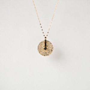 gouden kettig met zwarte amulet zag bijoux