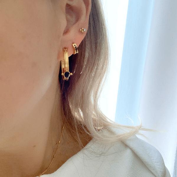 Made by Mila | Oorbellen hoops goud met zwarte steen- Go Dutch Label 1