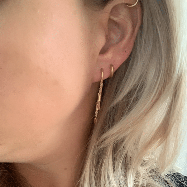 Made by Mila | Oorbellen hoops met kettinkje goud - Go Dutch Label 2