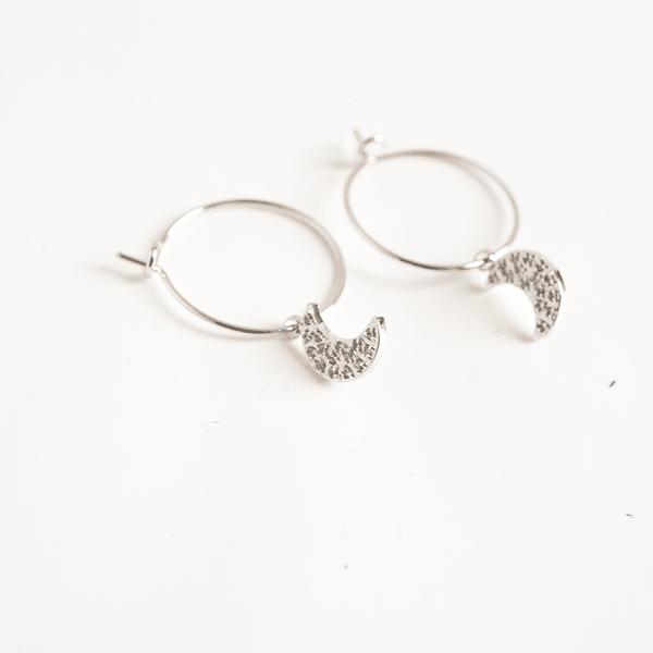 Made by Mila | Oorbellen dunne hoop met maantje wit goud- ZAG Bijoux 1