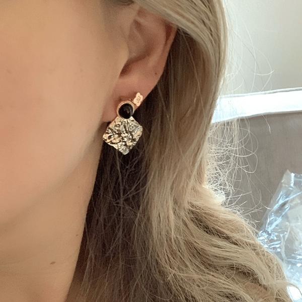 Made by Mila | Oorbellen goud gehamerd onyx- ZAG Bijoux 2