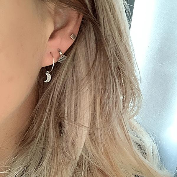 Made by Mila | Oorbellen dunne hoop met maantje wit goud- ZAG Bijoux 2