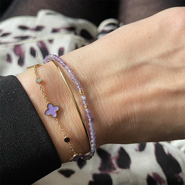 Made by Mila | Armband goud met kleine paarse klavertjes - ZAG Bijoux 2
