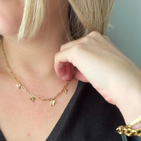 Made by Mila | Ketting schakel goud met hangende driehoekjes en roze steentjes. Go Dutch Label 2