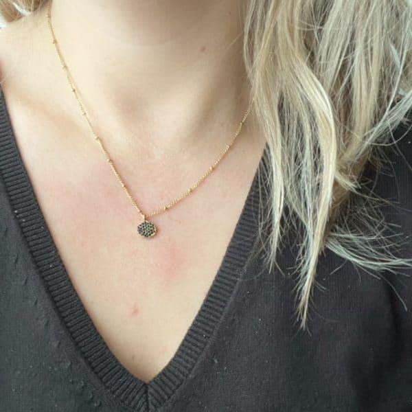 Made by Mila | Ketting schakel goud met een hangend plaatje met zwarte steentjes. Go Dutch Label 2