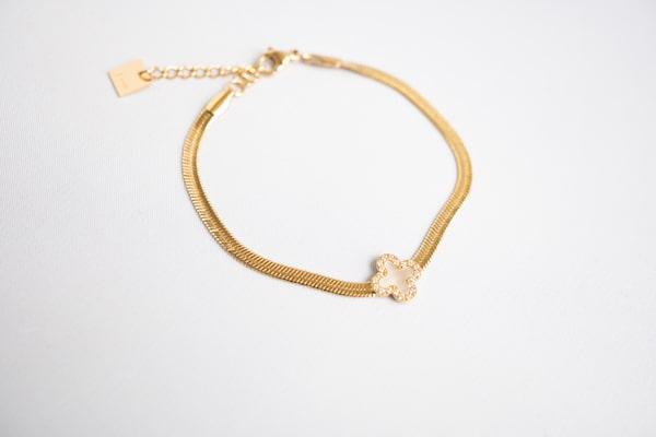 Made by Mila | Armband goud met een witte klaver - ZAG Bijoux 1