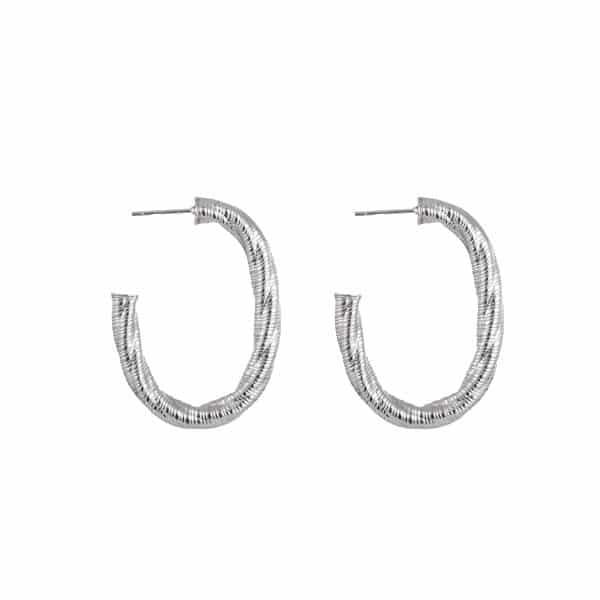 Made by Mila | Oorbellen ovale hoops zilver bewerkt - Go Dutch Label 1
